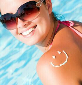 Opalona dziewczyna w basenie