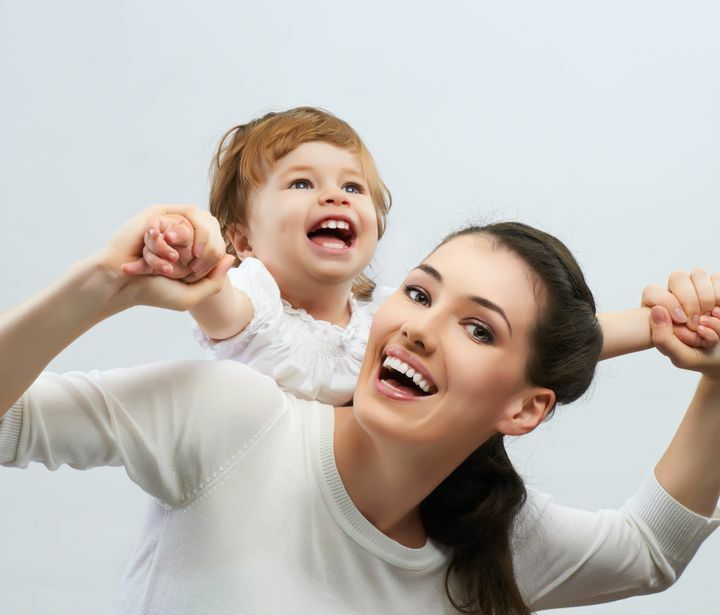kobieta trzyma małe dziecko na plecach