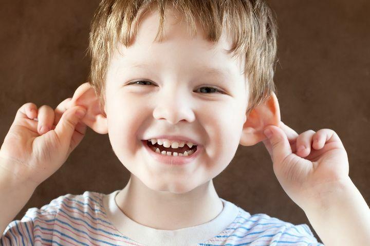 Mały chłopczyk ciągle się za uszy