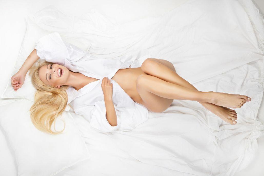 Młoda kobieta na łóżku