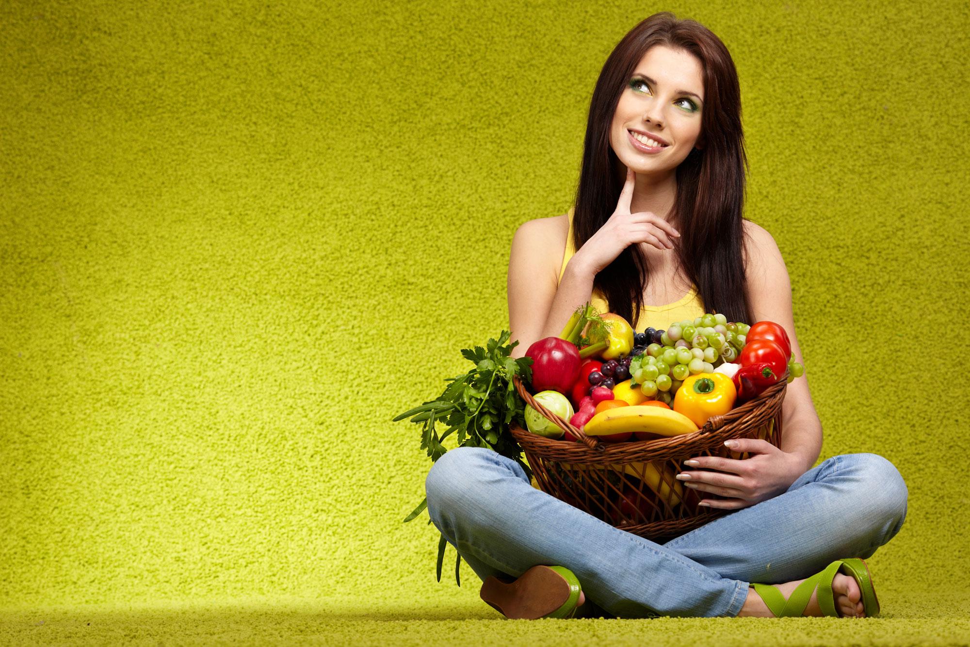 kobieta z owocami